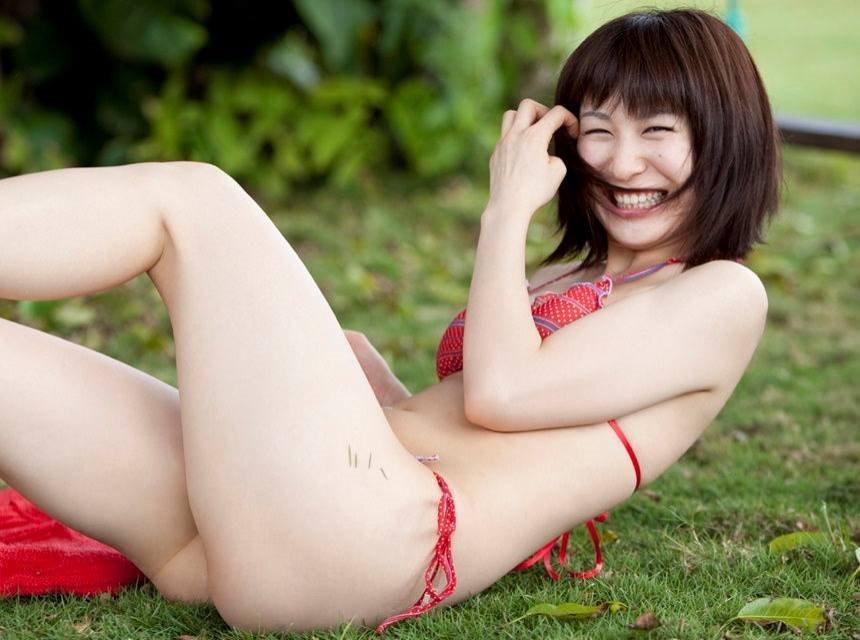 芝生で笑顔のおかもとまりの画像