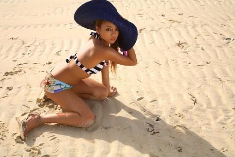 砂浜が似合う小麦肌のあびる優