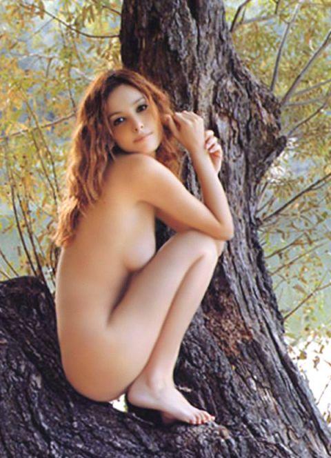 美ボディを木の上で披露する梨花!