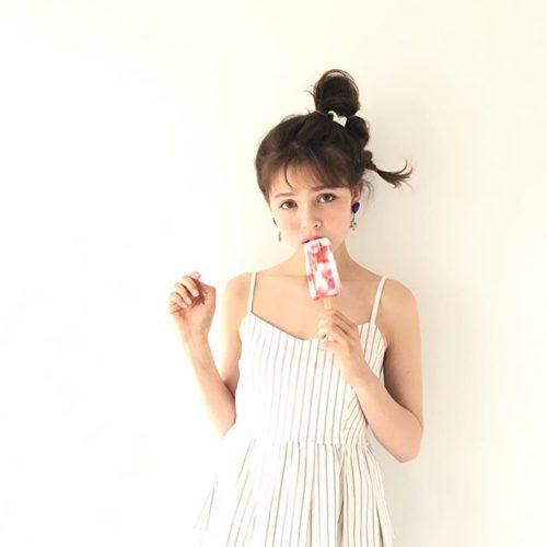 セクシーな肩出しの洋服でアイスを食べる加藤ナナの画像