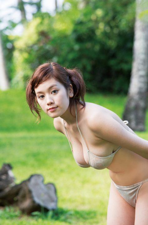 水着から飛び出しそうな筧美和子のHカップ画像