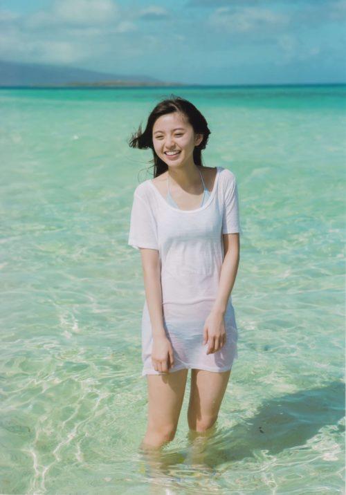 綺麗な海と可愛い水着姿を履いた齋藤飛鳥