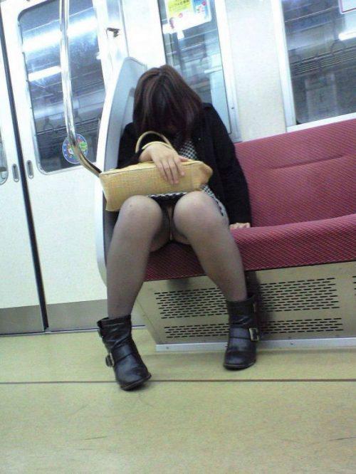 電車パンチラ 画像009