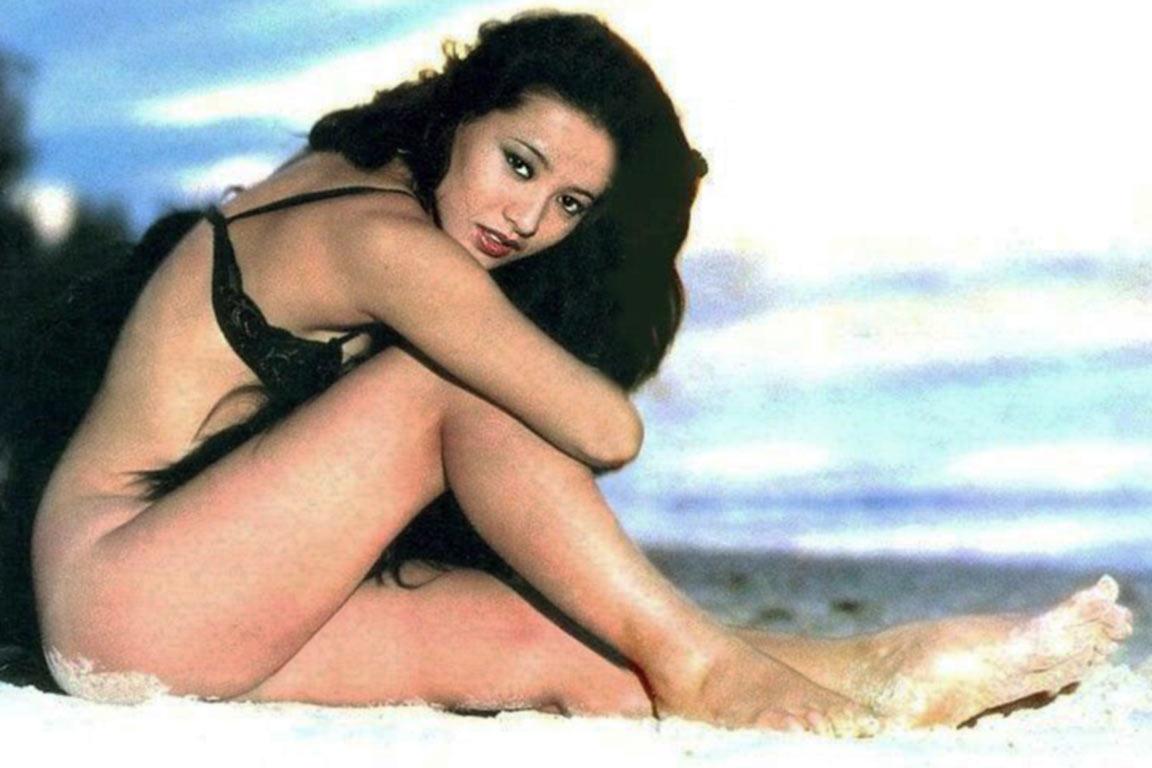 砂浜に座り込む夏樹陽子