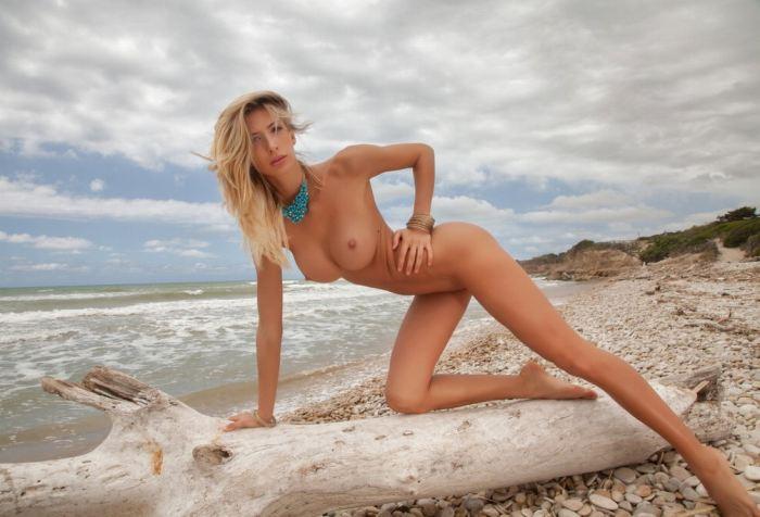 видел одном лера голая на пляже руку держал своем